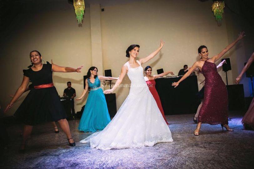 Noiva dançando com madrinhas