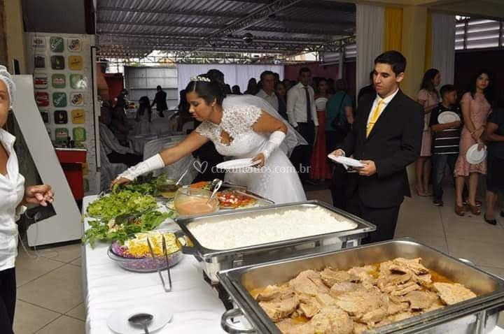 Noiva abrindo o buffet