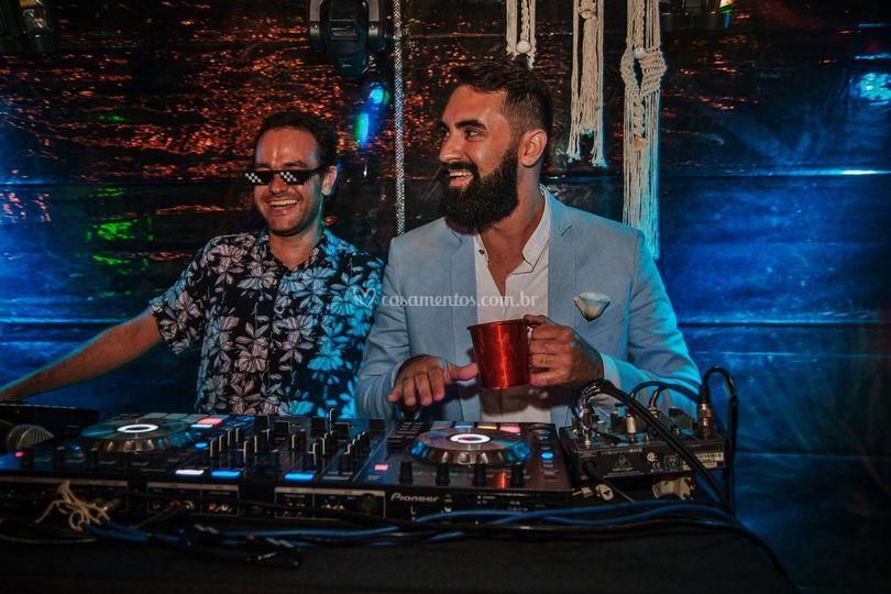 Noivo Bruno atacando de DJ