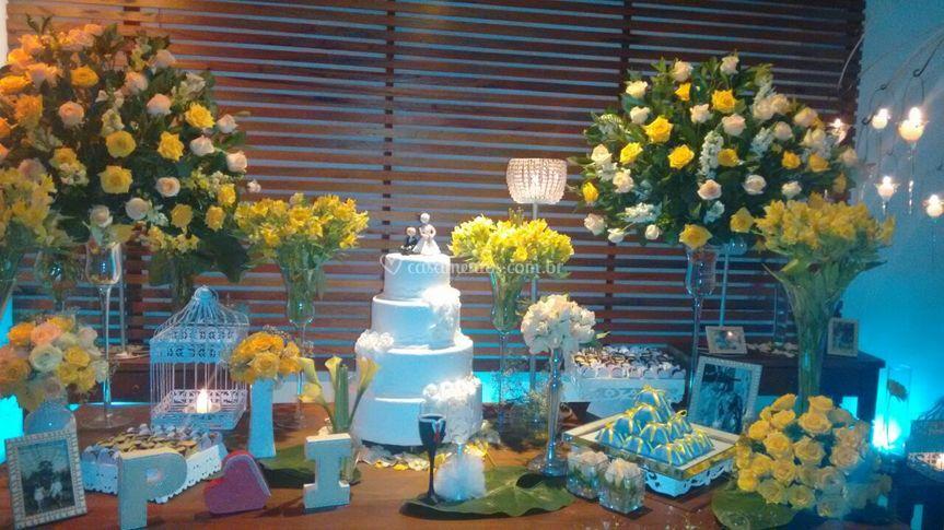Mesa de bolo amarela