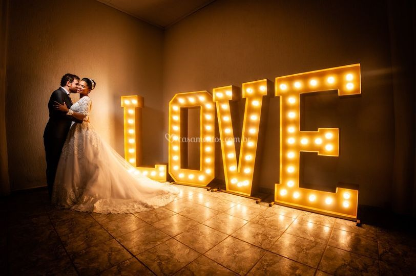Love gigante iluminado
