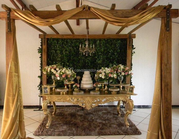 Mesa dourada com pergolado