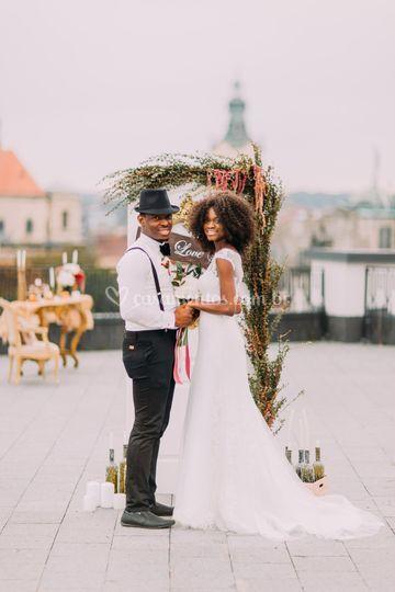 Recém-casados rindo juntos