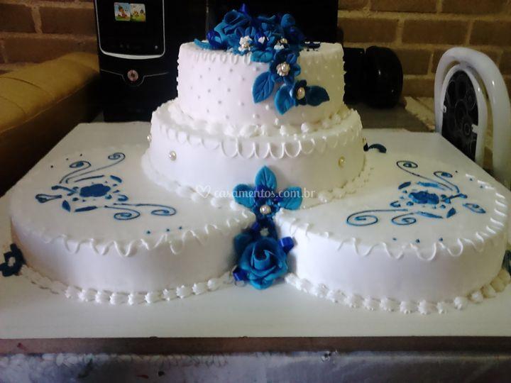 Bolo cascata de flores azuis