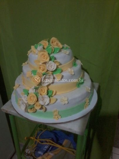 Bolo cascata de rosas amarelas
