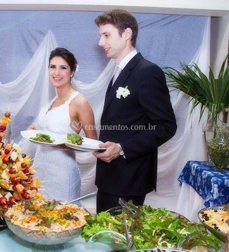 Casal sendo servido
