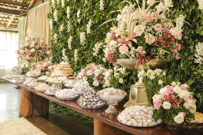 Mesa de bolos e doces