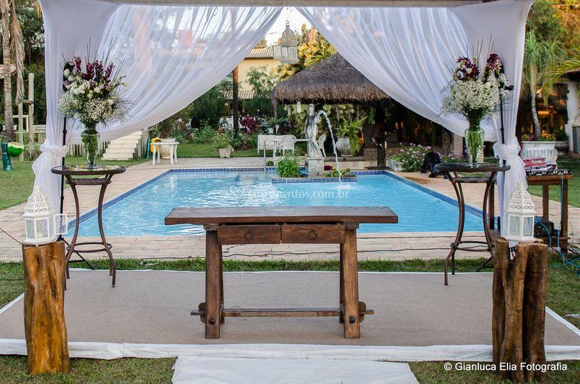 Altar ao lado da piscina