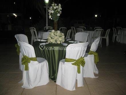 Variedade de mesas e cadeiras