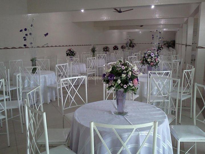 Salão com mesas e cadeiras