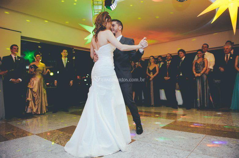 Noiva e noivo dança