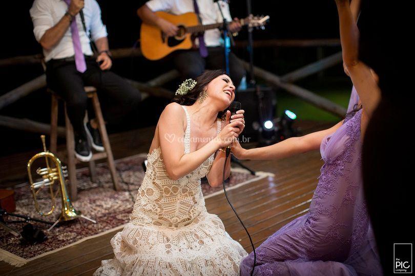 A noiva pode tudo, até cantar!