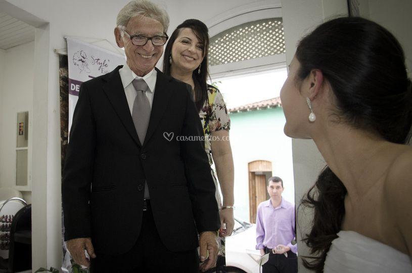 Pai vendo filha vestida noiva