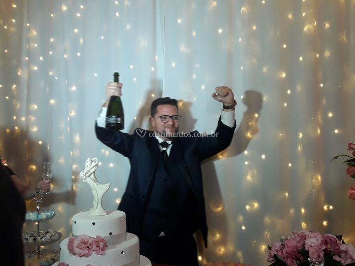 Será que este noivo está feliz