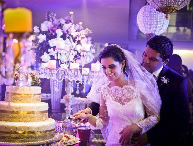 A noiva eo noivo cortar o bolo de casamento