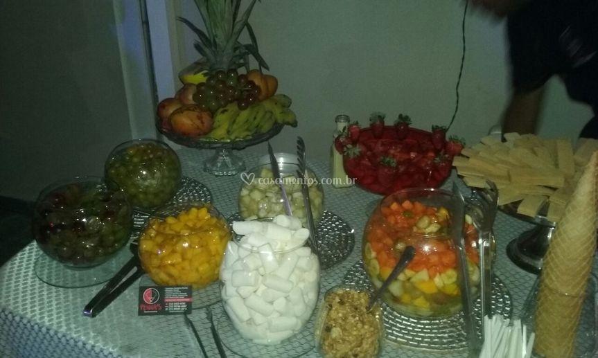 Mesa de frutas da cascata de c