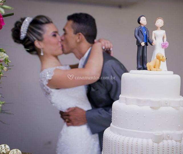 Beijar a noiva e o noivo e o bolo de casamento