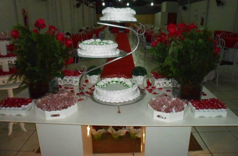 Mesa de doces e bolos