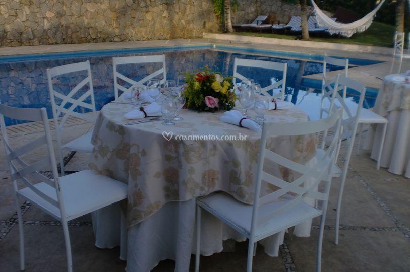 Mesas ao redor piscina