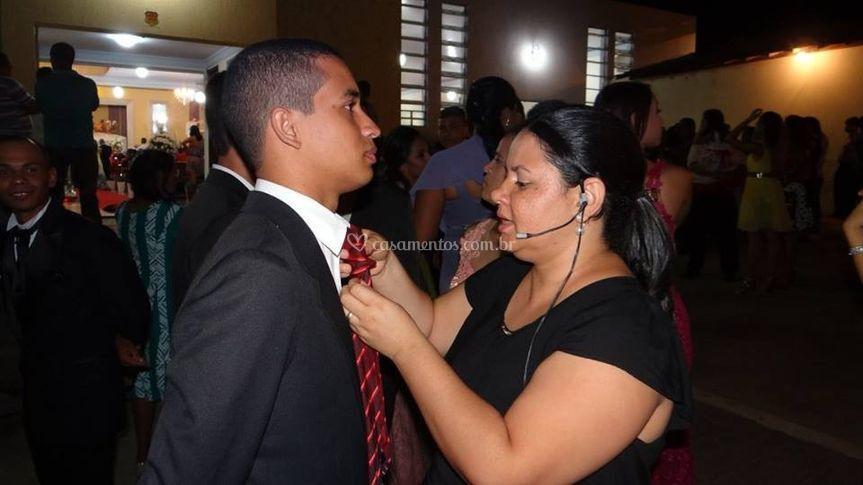 Fazendo o nó de gravata