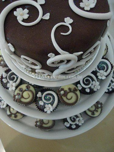 Bolo de topo e cupcakes
