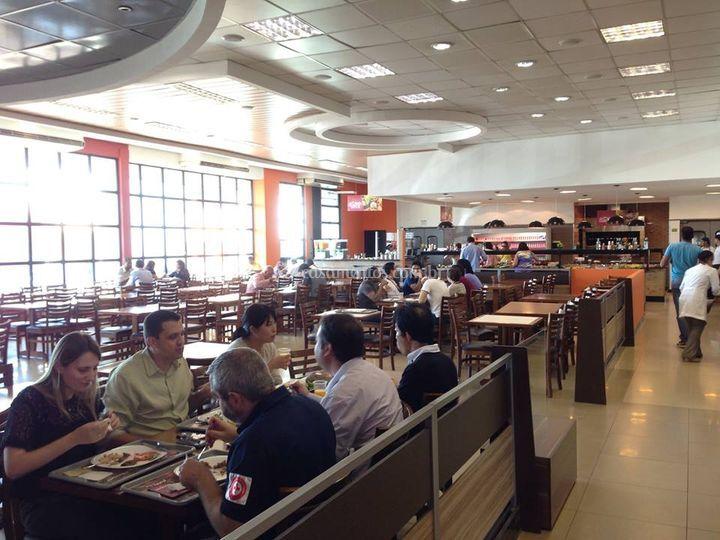 Amplo salão com área VIP