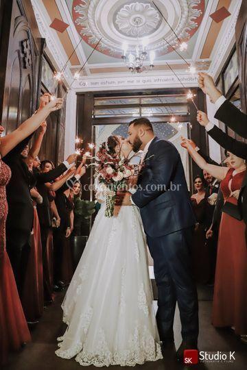 Saída dos noivos com sparkles