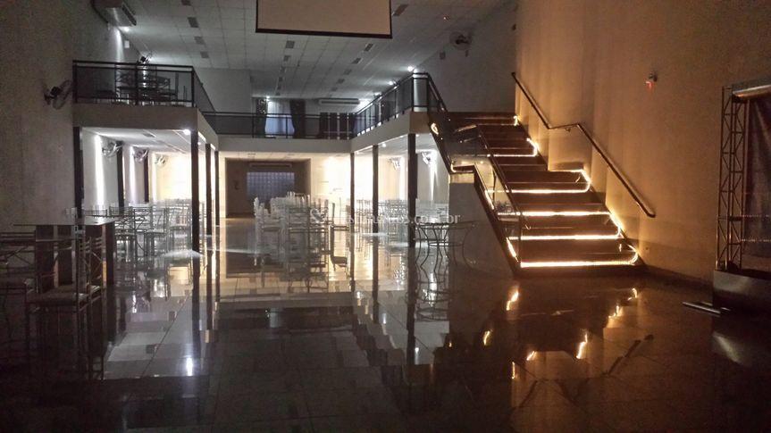 Telao e escada iluminada