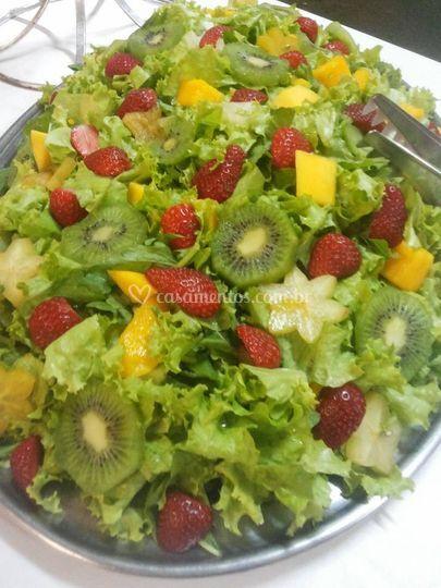 Salada verde com frutas