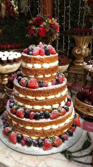 Bolo Carrot cake com frutas .