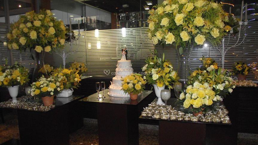 Mesa de bolo de cor amarela