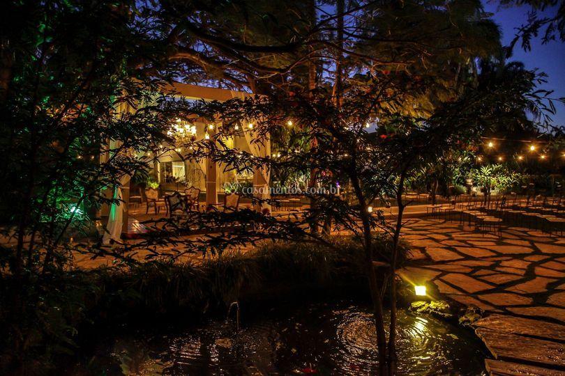 Jardim com Lampadas Retrô