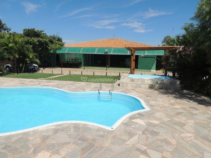 Vista da piscina para salão