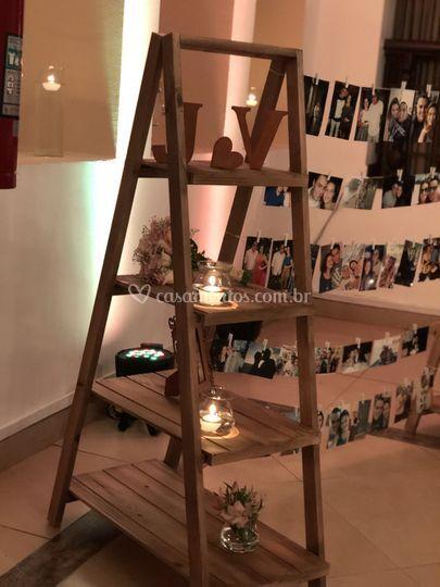Escada com fotos penduradas