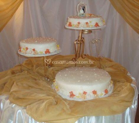 Mesa com bolo de casamento
