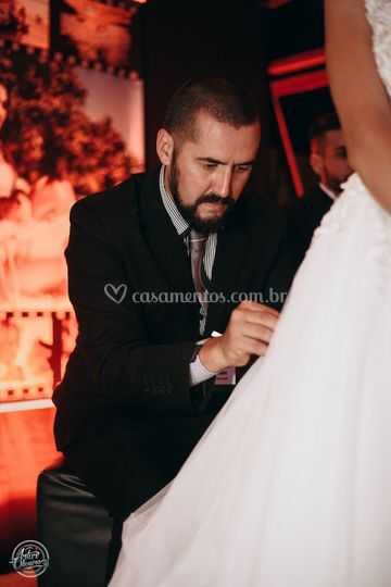 Cuidando do vestido da noiva.