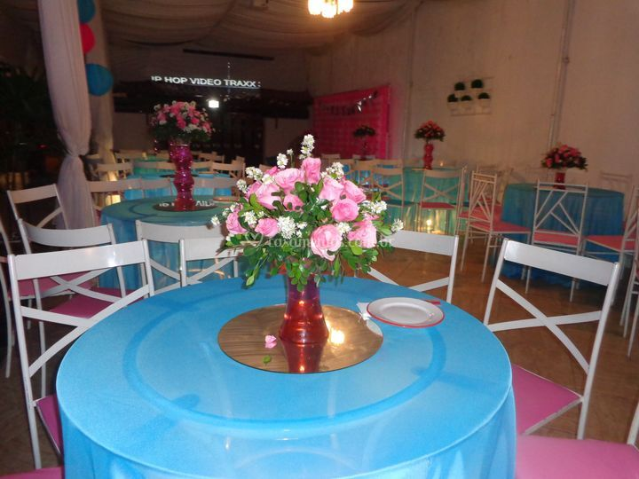 Mesa de convidado rosa e azul