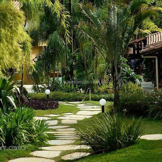 Caminhos entre jardim e salões