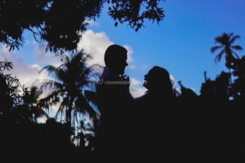 Silhueta do casal entre árvore