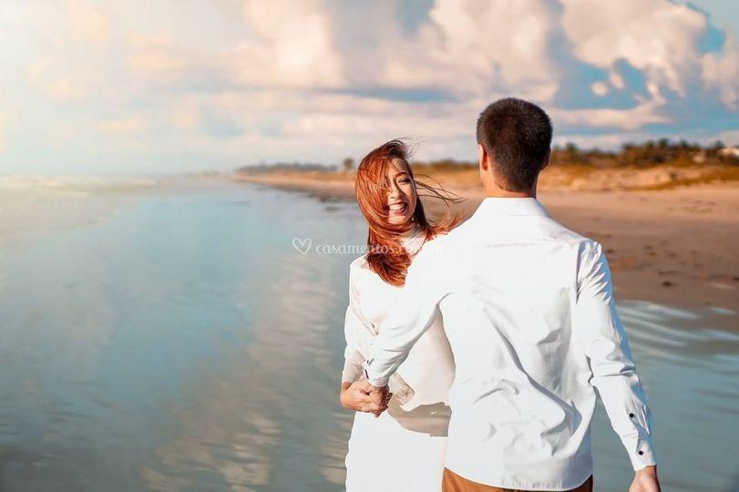 Casal de noivos na praia