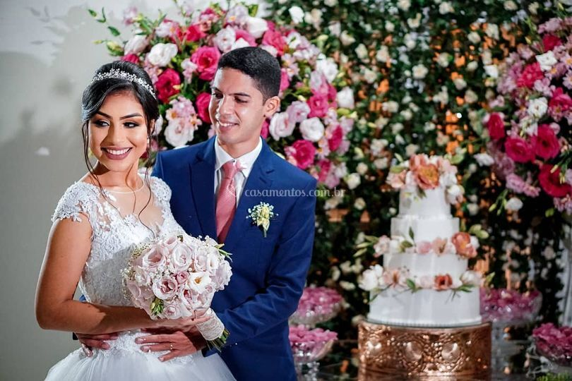 Casal de noivos ao lado de bol