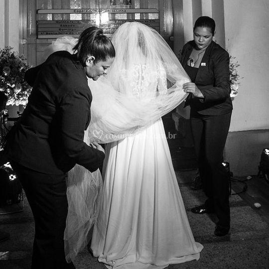 Ana com noiva de véu