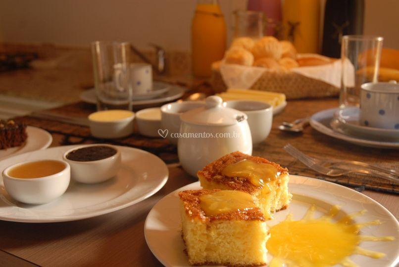 Café da manhã servido no apto