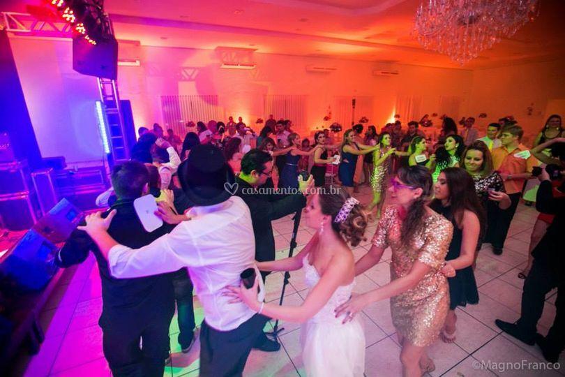 Galera dançando