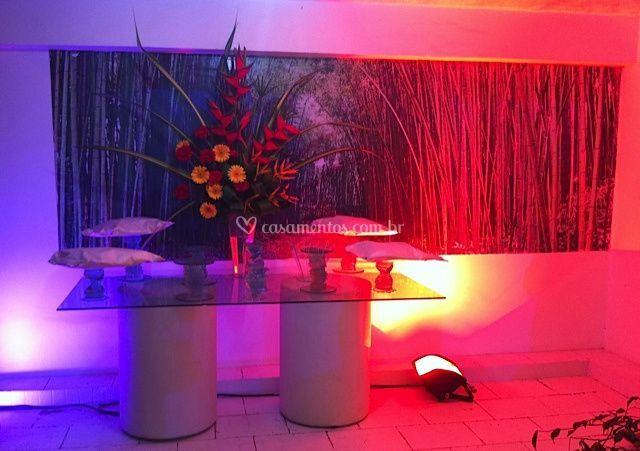 Salão com mesa de frios
