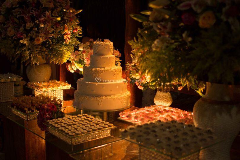 Mesa do bolo com luz baixa