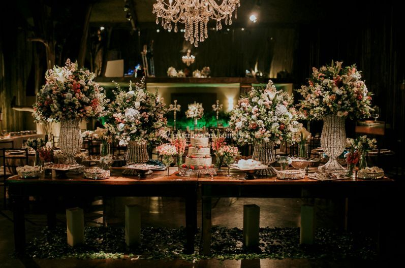 Mesa de doces e lustre