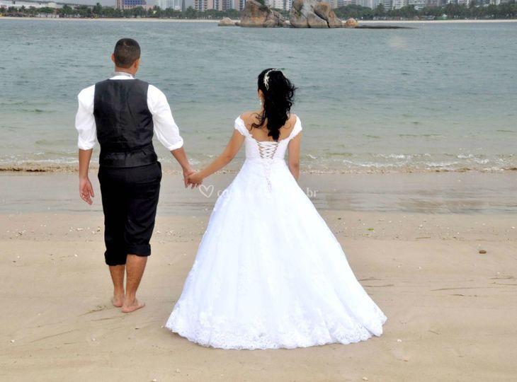 Noiva e o noivo na praia