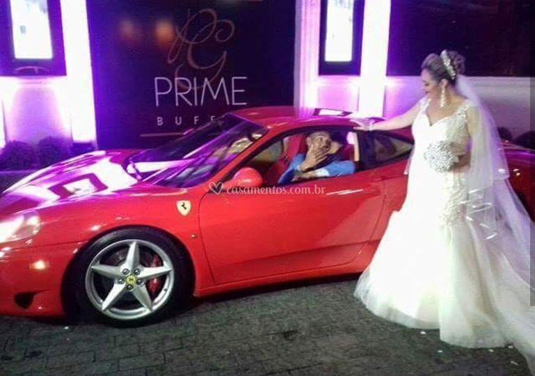 Noivo dirigindo a Ferrari