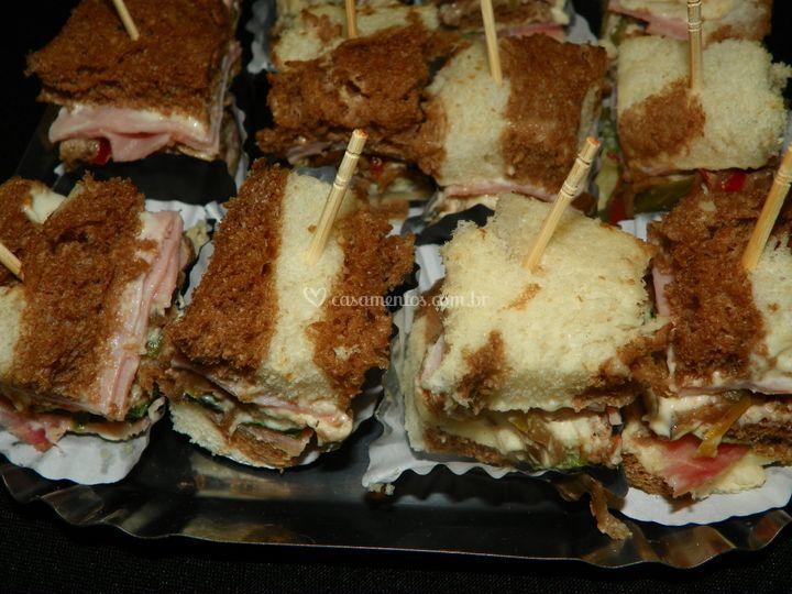 Mini sanduiches no palito